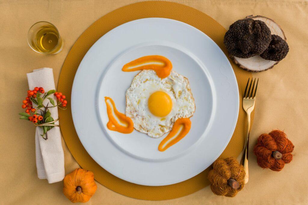 Olio al tartufo nero con uovo al tegamino e zucca